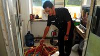 Petugas satpam menunjukkan kasur yang digunakan DN untuk tidur di sebuah pos jaga di Perumahan Citra Gran, Cibubur, Jumat (15/5). Sebelumnya, KPAI dan Polda Metro Jaya mengamankan orangtua yang diduga menelantarkan 5 anaknya. (Liputan6.com/Yoppy Renato)