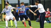Pelatih Inter Milan, Antonio Conte, memberikan arahan kepada anak asuhnya saat melawan Atalanta pada laga Serie A di Stadion Gewiss, Sabtu (1/7/2020). Inter Milan menang 2-0 atas Atalanta. (Giuseppe Zanardelli/LaPresse via AP)