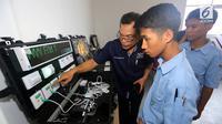 Siswa mendengarkan cara kerja integrated control system di SMK Ora et Labora, BSD Tangerang Selatan, Kamis (18/9). SMK yang baru diresmikan ini membantu program pemerintah mewujudkan pembangunan ketenagalistrikan. (Liputan6.com/Fery Pradolo)