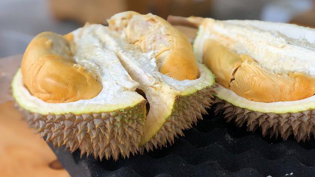 Mengonsumsi Buah Durian