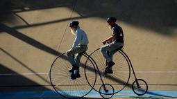 Dua pria mengendarai sepeda klasik saat kegiatan Sydney Classic Bicycle Show 2017 di Canterbury Velodrome di Sydney (6/5). Kegiatan ini sudah dijalankan oleh klub sepeda Dulwich Hill sejak 1908. (AFP Photo/Peter Parks)