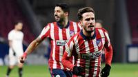 Pemain Atletico Madrid, Saul Niguez, melakukan selebrasi usai mencetak gol ke gawang Sevilla pada laga Liga Spanyol di Stadion Wanda Metropolitano, Selasa (12/1/2021). Atletico Madrid menang dengan skor 2-0. (AFP/Pierre-Philippe Marcou)