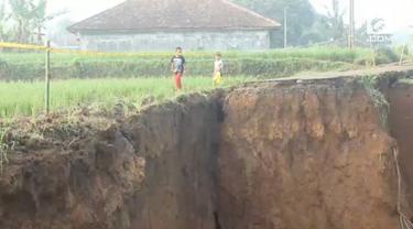 Hujan deras yang mengguyur Bogor membuat akses jalan di Desa Neglasari, Kecamatan Dramaga, Kabupaten Bogor terputus akibat longsor.