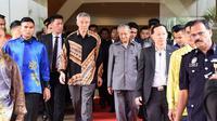Perdana Menteri Singapura Lee Hsien Loong (kiri) dan rekannya dari Malaysia Mahathir Mohammad (kanan) bertemu di Putra Jaya (AFP)