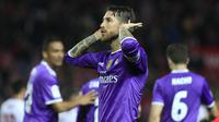 Sergio Ramos dapat sorakan fans Sevilla (AP/Angel Fernandez)