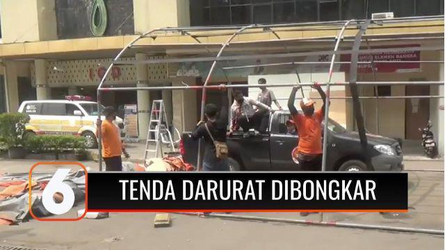 Petugas akhirnya membongkar sembilan tenda darurat yang ada di halaman Rumah Sakit Chasbullah Abdulmadjid, Kota Bekasi. Pembongkaran tenda darurat dilakukan lantaran jumlah pasien Covid-19 yang dirawat di rumah sakit, sudah menurun.