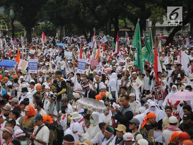 Peserta Aksi 169 Bela Rohingya memadati kawasan Patung Kuda, Jakarta Pusat, Sabtu (16/9). Massa yang datang dari berbagai daerah ini mayoritas memakai baju berwarna putih. (Liputan6.com/Faizal Fanani)