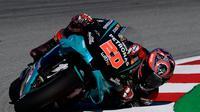 Fabio Quartararo melakukan teknik merebahkan motor elbow down. (LLUIS GENE / AFP)