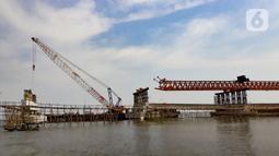 Pemandangan proyek pembangunan jembatan penghubung Dadap Tangerang-Pulau C di Kamal Muara, Penjaringan, Jakarta Utara, Minggu (17/11/2019). Jembatan tersebut nantinya juga akan menyambung ke jalan Provinsi Banten dan menjadi alternatif menuju Bandara Soekarno-Hatta. (merdeka.com/Iqbal Nugroho)