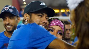 Penyerang Brasil, Neymar memeluk penyanyi Anitta saat menghadiri parade pertunjukan sekolah samba Vila Isabel selama Karnaval Rio de Janeiro di Sambadrome, Brasil (4/3). (AP Photo/Mauro Pimentel)