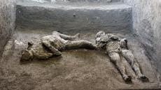 Dua jasad diyakini sebagai orang kaya dan budak prianya yang melarikan diri dari letusan gunung berapi Vesuvius hampir 2.000 tahun lalu, di sebuah vila, pinggiran kota Romawi kuno Pompeii. Penemuan diumumkan otoritas arkeologi Italia pada Sabtu (21/11/2020). (Parco Archeologico di Pompei via AP)