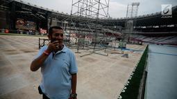 Pekerja mengecek pembuatan panggung konser Guns N' Roses 'Not In This Time Lifetime Tour' di Stadion GBK, Jakarta, Selasa (6/11).  Guns N Roses akan konser pada Kamis (8/11/2018). (Liputan6.com/Faizal Fanani)
