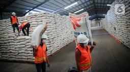Aktivitas bongkar muat gudang beras milik Perum Bulog di kawasan Pulo Mas, Jakarta, Kamis (26/11/2020). Kementan kembali memastikan bahwa meski tengah dilanda pandemi Covid-19 pasokan beras hingga akhir tahun masih ada stok beras sebanyak 7,1 juta ton. (Liputan6.com/Faizal Fanani)