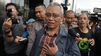 Anggota Komisi II DPR Arif Wibowo menjawab pertanyaan wartawan usai menjalani pemeriksaan di gedung KPK, Jakarta, Rabu (5/7). Arif Wibowo diperiksa sebagai saksi dalam kasus dugaan korupsi proyek pengadaan e-KTP. (Liputan6.com/Helmi Afandi)