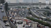 Kepadatan arus kendaraan saat melintas di Tol Dalam Kota, Jakarta, Kamis (7/6). Jasa Marga memprediksi sekitar 1,4 juta kendaraan akan keluar dari Jakarta saat arus mudik Lebaran tahun ini. (Merdeka.com/Iqbal S. Nugroho)