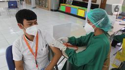 Warga divaksin pada vaksinasi HIPMI Jaya di SMP dan SMA Labschool Kebayoran, Jakarta Selatan, Sabtu (03/7/2021). Akselarasi Vaksin sinovac dalam upaya mendukung program Pemerintah untuk mencegah penyebaran  Covid-19. (Liputan6.com/Fery Pradolo)