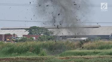Bom dari rumah terduga teroris diledakan di Semper Barat, Cilincing, Jakarta, Senin (23/9/2019). Petugas kepolisian melakukan disposal atau meledakkan bom milik terduga teroris yang ditemukan di TKP. (merdeka.com/Iqbal S. Nugroho)