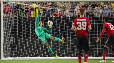 Kiper MU, Joel Pereira gagal mengamankan bola saat melawan Club America pada laga uji coba di University of Phoenix Stadium, Glendale, Arizona, (19/7/2018). MU bermain imbang 1-1. (Christian Petersen/Getty Images for International Champions Cup/AFP)