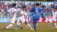 Bek Persib B,Fafa Muhmamad Zuhud (kostum putih kanan) mencoba menghentikan umpan pemain PSCS, Imam Bagus Kurnia dalam laga di Stadion Wijayakusuma, Cilacap, Minggu (23/6/2019).