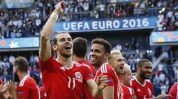Wales - The Dragon tampil sangat mengejutkan karena mampu mencapai babak semifinal pada gelaran Euro 2016. Mereka juga menjadi puncak klasemen grup menggeser Inggris dan berhasil mengalahkan Belgia pada perempat final. Namun Wales takhluk di semifinal oleh Portugal. (Foto: AFP/Thomas Samson)