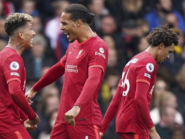 Liverpool yang bermain lebih dahulu di pekan ke-8 Liga Inggris, Sabtu (16/10/2021) berhasil melibas tuan rumah Watford 5-0 untuk membawa mereka memimpin dalam klasemen sementara. Lima gol Liverpool di antaranya disumbangkan Roberto Firmino yang membuat hattrick. (PA via AP/Tess Derry)