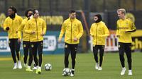 Para pemain Borussia Dortmund melakukan pemanasan selama sesi latihan di Dortmund, Jerman (4/11/2019). Dortmund akan melawan wakil Italia, Inter Milan pada Grup F Liga Champions di Signal Iduna Park. (AP Photo/Martin Meissner)