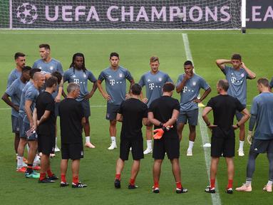 Para pemain Bayern Munchen saat menghadiri sesi pelatihan di stadion Luz di Lisbon (18/9). Munchen akan bertanding melawan wakil Portugal, Benfica pada babak penyisihan grup E Liga Champions di stadion Estadio da Luz. (AFP Photo/Francisco Leong)