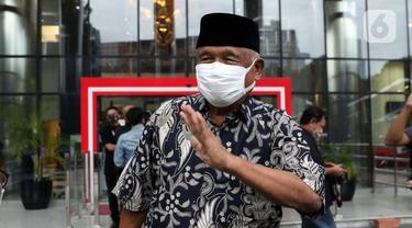 Mantan Ketua KPK, Taufiqurrahman Ruki berjalan meninggalkan Gedung Merah Putih KPK, Jakarta, Senin (7/12/2020). Kedatangan Taufiqurrahman Ruki untuk mengikuti diskusi menyusul berlakunya UU No.19 Tahun 2019 yang menitikberatkan pada upaya pencegahan korupsi. (Liputan6.com/Helmi Fithriansyah)