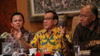 Ketua Dewan Pertimbangan Partai Golkar Akbar Tanjung  (tengah) memberikan konferensi pers di Jakarta, Minggu (3/1). Pertemuan tersebut mendesak agar kedua kubu partai melakukan rekonsiliasi dengan menyelenggarakan munas. (Liputan6.com/Faizal Fanani)