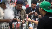 Pecinta Vape atau rokok elektrik sedang mencoba keunggulan alat dan rasa liquid di stand Vape Fair 2016 di Ecovention Hall Ancol, Jakarta, Minggu (27/11). (Liputan6.com/Faizal Fanani)