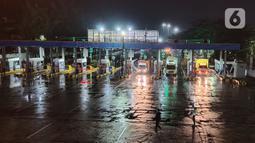 Sejumlah truk yang akan menyeberang memasuki Pelabuhan Merak, Banten, Selasa (19/5/2020). Penyeberangan hanya diizinkan bagi calon penumpang yang mengantongi dokumen bebas virus corona COVID-19, sedangkan untuk kendaraan hanya angkutan logistik. (merdeka.com/Imam Buhori)