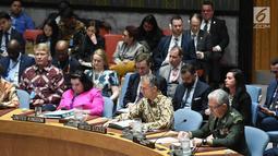 Sejumlah delegasi anggota Dewan Keamanan PBB mengenakan batik saat mengikuti sidang Dewan Keamanan PBB di New York, Amerika Serikat, Selasa (7/5/ 2019). Sidang debat terbuka ini mengambil tema 'Menabur Benih Perdamaian'. (Liputan6.com/Pool/Kemenlu)
