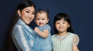 Menggandeng fotografer profesional, Sarwendah dan kedua putrinya melakukan pemotretan yang memukau. Ketiganya pun tampak kompak dengan mengenakan gaun elegan. Sarwendah juga tampak totalitas dengan makeup yang menawan. (Liputan6.com/IG/fdphotography90)