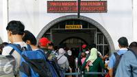 Antrian pemudik di depan pintu masuk kereta api, Jakarta, Rabu (23/9/2015). Jelang hari raya Idul Adha yang jatuh pada Kamis (24/9/2015), Stasiun Pasar Senen dipadati penumpang yang akan mudik ke kampung halaman mereka. (Liputan6.com/Yoppy Renato)