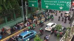 Pedagang kaki lima (PKL) dan ojek online memadati kawasan Stasiun Palmerah, Jakarta, Kamis (6/12). Keadaan ini mengganggu arus lalu lintas dan pejalan kaki. (Liputan6.com/Immanuel Antonius)