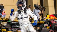 Ekspresi pebalap Mercedes, Valtteri Bottas, setelah merebut pole position pada kualifikasi GP Bahrain, Sabtu (15/4/2017). (EPA/Srdjan Suki)