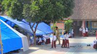 siswa-siswi SDN 02 Rakam, Lombok Timur, belajar di dalam tenda. (Liputan6.com/Sunariyah)