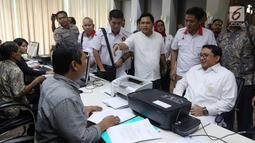 Sekjen Partai Gerindra Fadli Zon berbincang saat mendatangi Bareskrim Mabes Polri, Jakarta, Jumat (2/3). Salah satu akun yang dilaporkan oleh Fadli Zon adalah akun twitter milik Ananda Sukarlan. (Liputan6.com/Johan Tallo)