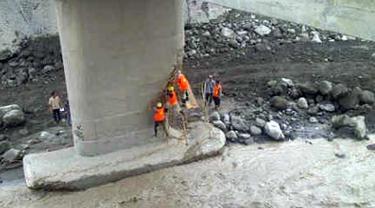 Citizen6, Magelang: Tim konstruksi jembatan menanggulangi dinding jembatan yang tergerus lahar dingin. (Pengirim: Surya)