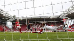 Ketajaman striker asal Jerman itu telah dibuktikan dengan koleksi 29 gol nya di Bundesliga musim ini. (AP/Kai Pfaffenbach)