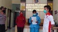 FS (25), seorang pria warga Desa Molamahu, Kecamatan Paguat, Kabupaten Pohuwato, Provinsi Gorontalo, harus berurusan dengan polisi setelah mengunggah komentar di media sosial yang dianggap bernada penghinaan terhadap tenaga medis. (Liputan6.com/ Arfandi)