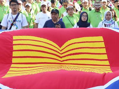 Menteri Luar Negeri Retno Marsudi dan Kemenaker Trans Hanif Dhakiri saat memimpin jalannya Parade Asean 50 Tahun di Jakarta, Minggu (27/8). Acara Parade ASEAN 50 tahun ini digelar oleh Kemlu. (Liputan6.com/Angga Yuniar)