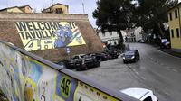 Gambar selamat datang di Tavullia, ada foto Valentino Rossi. (AFP/Miguel Medina)