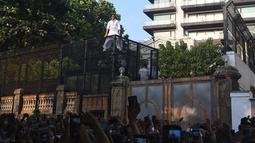 Aktor Bollywood, Shah Rukh Khan menyapa para fans pada perayaan Idul Fitri dari balkon rumahnya di Mumbai, India, Rabu (5/6/2019). Tak ingin menyia-nyiakan momen Lebaran yang dirayakan di negaranya, Shah Rukh Khan pun mengucapkan Selamat Idul Fitri di hadapan ribuan fans. (SUJIT JAISWAL/AFP)