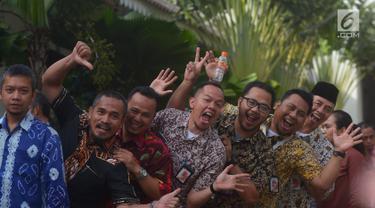 Pegawai Pemprov DKI berpose saat mengantre acara halalbihalal pada hari pertama masuk kerja di Balai Kota, Jakarta, Kamis (21/6). Mereka mengantre bersalaman dengan Gubernur DKI Anies Baswedan dan Wakil Gubernur DKI Sandiaga Uno. (Merdeka.com/Imam Buhori)