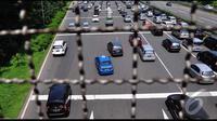 Liburan lebaran dimanfaatkan sejumlah warga Jakarta untuk berlibur ke kawasan Bogor dan sekitarnya, hal tersebut mengakibatkan pintul Tol Cibubur Utama mengalami kepadatan, Jakarta, Rabu (30/7/2014) (Liputan6.com/Faizal Fanani)