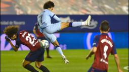 Penyerang Atletico Madrid, Joao Felix, berebut bola dengan bek Osasuna, Aridane Hernandez, pada laga lanjutan La Liga pekan ke-29 di Stadion El Sadar, Pamplona, Kamis (18/6/2020) dini hari WIB. Atletico menang telak 5-0 atas Osasuna. (AFP/Ander Gillenea)