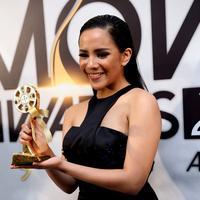 Angel Pieters saat diobatkan sebagai pemenang Soundtrack Terfavorit di Indonesia Movie Award 2015.  Foto: Wimbarsana/Bintang.com