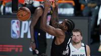 Pemain Clippers Kawhi Leonard melakukan dunk kala bertemu Mavericks di lanjutan NBA (AP)