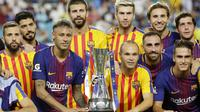 Para pemain Barcelona berpose dengan memegang trofi juara ICC 2017 setelah berhasil mengalahkan Real Madrid di Stadion Hard Rock, Miami, AS (29/7/2017). Barcelona menang 3-2 atas Real Madrid. ((AP/Lynne Sladky)